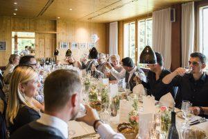 Hotel Die Halde | Hochzeitsgesellschaft bei Tisch | Sektempfang mit Familie und Freunden
