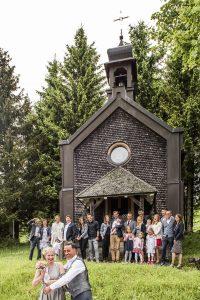Hotel Die Halde | Hochzeitspaar mit Familie und Freunden auf 1.147m Höhe