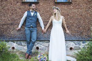 Boho-Brautpaar bei Hochzeitsfotoshooting