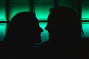 Silhouetten von zwei Frauen