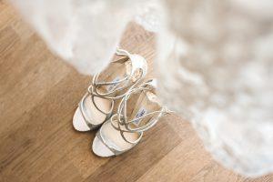 Brautkleid und Brautschuhe